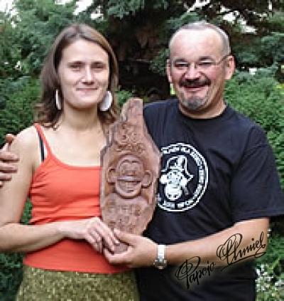 Masza i Tytus Wysocki, lat 40 z wyrzeźbionym przez siebie portretem Tytusa de Zooz Warszawy.